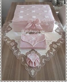#igne #dantelli #kutuhurc #kuranıkerim #kabı #tesbihliğimiz #bursadan Sevgili Aylin hnm @aylinyurtan için hazırlandı güle güle kullanılsın inş - Esra Bastem Ticari İşletmeci (@ikizlerceyiz.esra) Wedding Gift Wrapping, Wedding Gifts, Sewing Hacks, Sewing Projects, Muslim Prayer Mat, Trousseau Packing, Filet Crochet, Viking Tattoo Design, Sunflower Tattoo Design