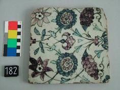 Ambito culturale: manifattura siriana  Cronologia: post 1600 - ante 1699  Tipologia: ceramiche e porcellane  Materia e tecnica: ceramica/ dipinta/ invetriata  Misure: 21 cm x 21 cm