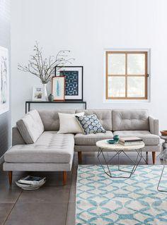 canapé composable, tapis géométrique, salon clair et sobre