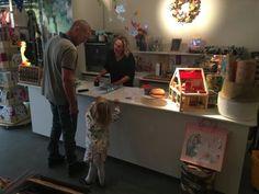 Toen we net in Baarn kwamen wonen viel deze speelgoedwinkel mij meteen op. Ze verkopen er zoveel leuks, van mooi houten speelgoed tot tweedehandskleding. Maar dat niet alleen, achterin de winkel kun je samen met je kindje(s) wat komen drinken of smullen in het kindercafé. Terwijl je kleine dan lekker speelt kun jij bijkletsen met je vriendin of er nieuwe ouders ontmoeten. #winkel #bendevanblitzz #baarn #kinderen #shoppen #speelgoed #winkelen #utrecht