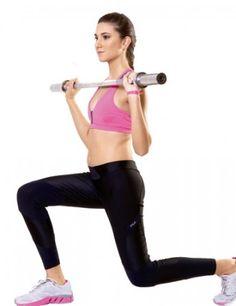Mantenha os braços na mesma posição enquanto dá um passo à frente, flexionando os dois joelhos. Forme ângulos de 90 graus com ambas as pernas e lembre-se de não encostar o joelho no chão.