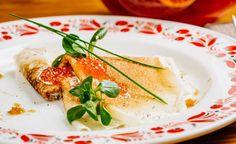Delicate e appetitose queste crespelle con salmone, ricotta ed erba cipollina, da proporre per un pranzo al profumo di mare.