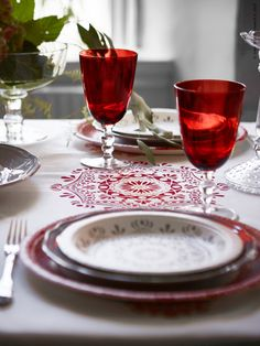VINTER 2015 dukningstillbehör sätter stämningen för en alldeles speciell folkloristisk känsla. Röda munblåsta VINTER 2015 vinglas och bordslöpare av 100 % bomull.