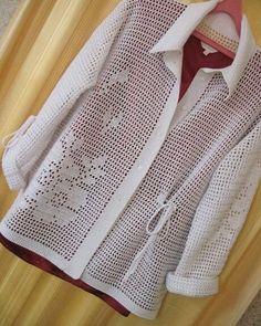 """Lindo chique e fino!Farei, e dps aplicarei flores de croche """" tom sur tom"""" Diy Crochet Cardigan, Black Crochet Dress, Crochet Shirt, Crochet Jacket, Knit Crochet, Crochet Stitches, Freeform Crochet, Irish Crochet, Mode Crochet"""