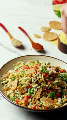 From the streets of Mumbai, this street food snack is a mix of sweet, spicy and tangy flavours. It is made with puffed rice and often eaten as an evening snack. Easy Samosa Recipes, Puri Recipes, Spicy Recipes, Vegetarian Recipes, Cooking Recipes, Bhel Recipe, Bhel Puri Recipe Video, Comida India, Diwali Food