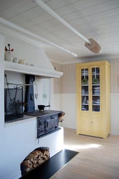 Mix of old and new: the wood oven/ stove and the yellow pantry - Sköna hem