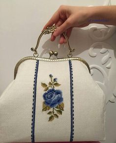 Diy Embroidery Patterns, Embroidery Applique, Whats In My Makeup Bag, Frame Purse, Diy Handbag, Brazilian Embroidery, Crochet Purses, Purses And Handbags, Hermes Handbags