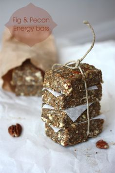 fig & pecan energy bars - raw food - uses figs as a binder and sweetener! Fig Bars, Pecan Bars, Yummy Treats, Sweet Treats, Yummy Food, Tasty, Whole Food Recipes, Cooking Recipes, Cooking Tips