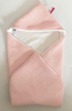 IppieDIY: Hoe maak je een omslagdoek? Je hebt ze vast al langs zien komen, deze mooie omslagdoeken voor je kindje. Bij IppieKids.nl kun je er eentje kopen. Erg gemakkelijk, snel geleverd en lekker zacht! Maar mocht je nou wat meer tijd hebben en ook nog een beetje handig zijn met een naaimachine kun je er zelf eentje maken. In dit blogbericht vertellen we wat je nodig hebt en hoe je hem kunt maken. Wat heb je nodig: Binnenstof 70 x 70 cm (Katoen,Minkyfleece, Fleece of badstof) Buitenstof 70…