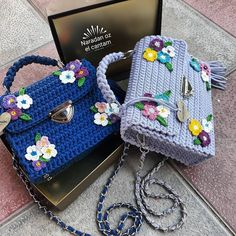 This crochet bag is made using the interesting bobble stitch interlace with colorful bobbles. Crotchet Bags, Knitted Bags, Crochet Shell Stitch, Crochet Yarn, Crochet Handbags, Crochet Purses, Crochet Designs, Crochet Patterns, Crochet Wallet