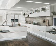 Trends change with the seasons, so it is important to stay up to date with the latest kitchen designs and trends when you are planning a new kitchen. Open Plan Kitchen, Kitchen Layout, Diy Kitchen, Kitchen Ideas, Wren Kitchen, Glass Kitchen, Design Kitchen, Kitchen Inspiration, Kitchen Interior