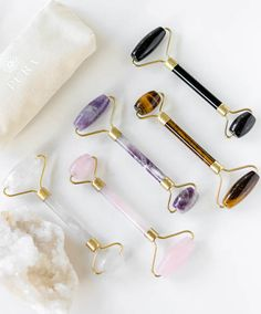What is a face roller and how do you use it?- Was ist ein Face Roller und wie benutzt man ihn? – Editors' Beauty Picks – What is a face roller and how do you use it? Natural Beauty Tips, Natural Skin Care, Beauty Care, Beauty Skin, Beauty Hacks, Beauty Ideas, Diy Beauty, Face Beauty, Beauty Essentials