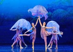 jellyfish umbrellas for under the sea/ kiss the girl Theatre Costumes, Ballet Costumes, Belly Dance Costumes, The Little Mermaid Musical, Little Mermaid Costumes, Costume Carnaval, Circus Costume, Sea Creature Costume, Under The Sea Costumes