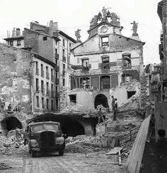 1951-PLAZA  SANTIAGO-ayuntamiento que databa de 1750  había sustituido a otro  construido en 1423,El interior del edificio se derribó com
