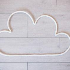 Grand nuage en fil de fer et tricotin