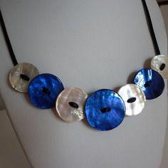 Collier boutons de nacre bleu et naturel sur cordon noir