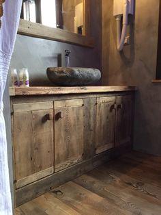 Mobile lavabo e specchiera in legno antico. Lavabo in pietra e miscelatore La Torre d'appoggio. #Dallalberoallarte