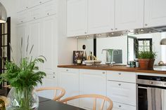 Una cocina abierta con un detalle espectacular ... un frontal en espejo! #hometour #decoración