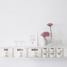 Our DIY vintage shelf in summer mood. Vintage Shelf, Place Cards, Place Card Holders, Summer, Diy, Mood, Kitchen, Sprinkler Party, Beautiful Flowers