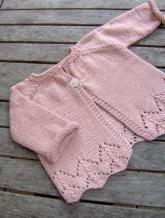 sugar baby love - ittybitty Sugar Baby Love baby cardigan -- free pattern (in French) Baby Sweater Patterns, Baby Cardigan Knitting Pattern, Crochet Baby Cardigan, Knit Baby Sweaters, Girls Sweaters, Baby Knitting Patterns, Baby Patterns, Baby Knits, Cardigan Bebe