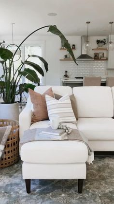 Living Room Seating, Small Living Rooms, Living Room Decor Inspiration, Spring Home Decor, Farmhouse Interior, Home Decor Styles, Apartment Living, Decoration, Home Accents
