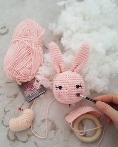 """Instagram'da Reyhan👩❤️👩👪: """"Tatili olmayan bir isim var😄😄"""" Bunny Crochet, Crochet Baby Toys, Love Crochet, Crochet Animals, Crochet Dolls, Crochet Patterns Amigurumi, Amigurumi Doll, Amigurumi Baba, Amigurumi Minta"""