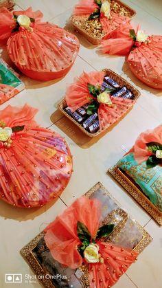 Photo By Glitterzz Creatio - Trousseau Packers Indian Wedding Gifts, Creative Wedding Gifts, Desi Wedding Decor, Wedding Crafts, Bridal Gift Wrapping Ideas, Wedding Gift Baskets, Wedding Gift Boxes, Engagement Gift Baskets, Thali Decoration Ideas