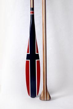Flag of Norway - handmade artisan canoe paddle. Nautical Room Decor, Oar Decor, Kayaks, Canoa Kayak, Painted Oars, East Coast Style, Wood Canoe, Norway Flag, Sup Paddle