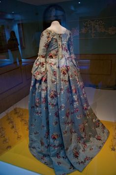 Gorgeous 18th-century saque-back gown, surrounded, oddly enough, by wine glasses. Go figure...