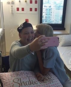 Taylor taking selfies with a fan at Lady Cilento Children's Hospital in Queensland, Australia 7.12.16