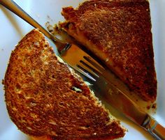 Sandwich grilled cheese tempeh reuben et soupe de tomates