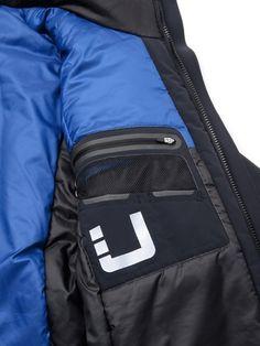 EX3 Series(new fabric) 生地は、対水圧20,000mm、透湿度20,000g/24hの100%防水透湿が保証されている膜をラミネート加工した特殊素材。Regulator同様に表面はフルストレッチの滑らかな柔らかいナイロンを使用しているが、3層構造となっているため少し重量のある素材です。 Unisex Fashion, Urban Fashion, Mens Fashion, Streetwear, Smart Jackets, Future Clothes, Smart Outfit, Packable Jacket, Outdoor Fashion