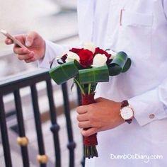 Boy in white dress holding red n white roses bouquet Arab Swag, Dubai, Handsome Arab Men, Arab Wedding, Red And White Roses, Swag Boys, Photo Poses For Boy, Muslim Men, Arab Fashion