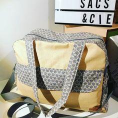 Mimi, Sacs et Compagnie. sur Instagram: Le sac à langer Boogie. Patron sous licence #sacotin. Lin enduit pailleté jaune et coton enduit à l'extérieur comme à l'intérieur. Merci…