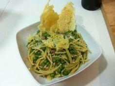 La pasta e piselli è un piatto tipico della cucina napoletana. La ricetta originale prevede i tubetti ma viene preparata anche con i vermicelli spezzati.