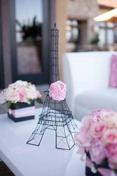 Centro de mesade torre Eiffel para fiesta temática de Paris decorado con una sola flor de color rosa. #FiestaParis