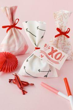 DIY: No-Sew Valentine Treat Bag. So cute for Valentine's Day! Valentines Bricolage, Kinder Valentines, Valentines Day Party, Valentines Day Treats, Valentine Day Crafts, Valentine Decorations, Love Valentines, Valentinstag Party, Saint Valentin Diy