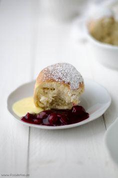 Buchteln mit Vanillesoße und heißen Kirschen von den [Foodistas] - http://foodistas.de