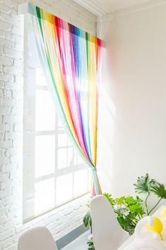 Cortinas DIY Rainbow Streamer – La casa que Lars construyó – Curtains Rainbow Curtains, Rainbow Bedroom, Colorful Curtains, Colorful Decor, Rainbow Room Kids, Rainbow Kitchen, Rainbow Nursery Decor, Purple Curtains, White Curtains