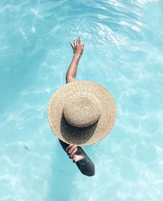 Swimmingpool, summer hat and freedom, what else? Discover 10 Buoni propositi co… Swimmingpool, summer hat and freedom, what else? Discover 10 Buoni propositi collection and find your own resolution!