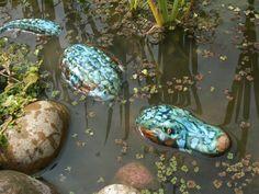 Alligator im Teich, getöpfert