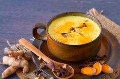"""In der ayurvedischen Küche wird """"Goldene Milch"""" als heilend, entgiftend und anregendes Getränk eingesetzt, das das Immunsystem und die Leberfunktion ankurbelt. Und so wird sie zubereitet."""