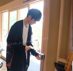 Ong Seongwu Ong Seongwoo, Camera Phone, Boys, Idol, Wallpaper, Baby Boys, Wallpapers, Senior Boys, Sons