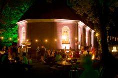 Sfeervol verlicht bruiloftsfeest bij het Koloniekerkje in Wilhelminaoord