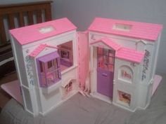This is the Barbie House I had. Big Barbie Doll Dreamhouse Fold Out 1996. I remember if you flipped the bed over, it was a bathtub and the stove in the kitchen opened. I want it back :(