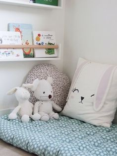 cómo hacer un perchero infantil de madera - Decoestilo12 Bed Pillows, Pillow Cases, Dress, Home, Playroom, Camping Mats, Leaving Home, Room, House Decorations