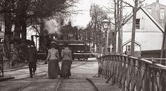Haagweg ter hoogte van de huidige Potgieterlaan bij de spoorwegovergang op de lijn Leiden - Utrecht. Staatsspoorbrug met tramrail van de stoomtram naar Voorschoten (1904).