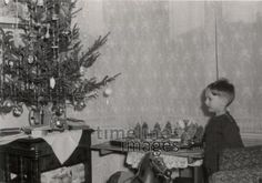 Christmas 1953 MinnaT / Timeline Images / Timeline Images Source by klaus_wieczorek Timeline Images, Christmas Traditions, Christmas Images, Christmas Ideas, Traditional, Retro Vintage, Painting, Christmas, Historical Pictures