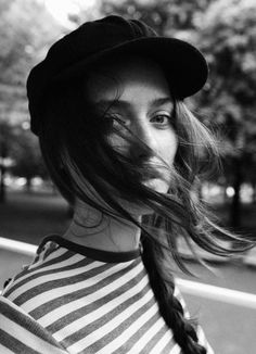 Photo via: stylerain Beautiful shot! Love the French feel of this simple hat, side braid and. Style Parisienne, Portrait Photography, Fashion Photography, Messy Braids, Side Braids, Side Plait, Messy Buns, Look Street Style, Streetwear