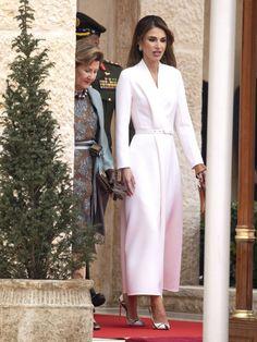 Queen Rania of Jordan Queen Rania, Queen Letizia, Valentino, Estilo Real, Elegant Outfit, Celebs, Celebrities, Royal Fashion, Chic Outfits